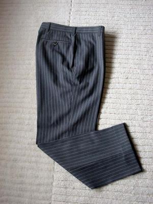 パンツも細身でテーパードライン
