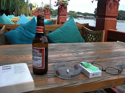 前海のCafeで読書