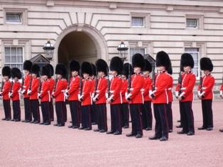宮殿敷地に並ぶ衛兵