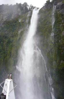 滝に最接近!スゴイ水しぶき!!