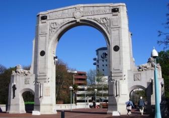 追憶の橋のアーチ型門