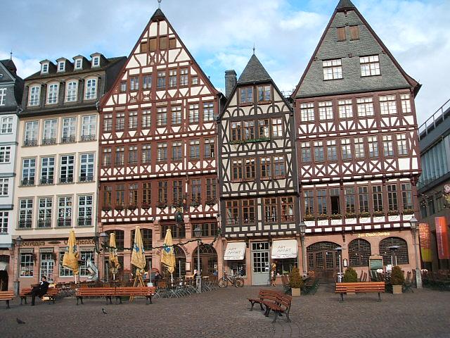 Frankfurtの旧市庁舎の前の広場に面して立つ歴史的な建物。連合軍の空襲で瓦礫と化した昔の建物をレンガ一つ一つ昔のままに作り直してある。  畳んである日よけ傘のある