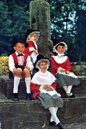 ウエールズ民族衣装の子どもたち