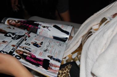 ファッション雑誌を読む姫