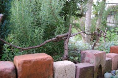 玄関前のレンガと柵