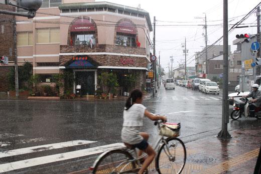 雨に打たれながら