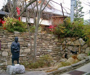 温泉寺の傍にある行基上人像と三羽烏像