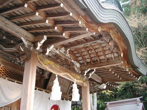 湯泉神社の三羽ガラスの彫刻
