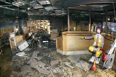 暴動の被害にあった店内