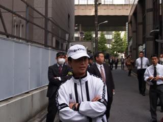 ジャージ姿の宇井警備課長