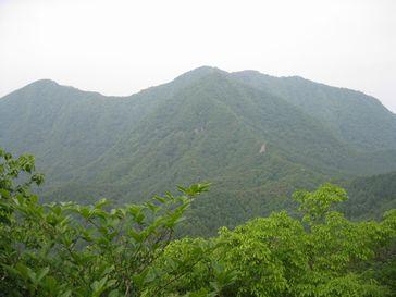 めまい岩から茅ヶ岳を望む
