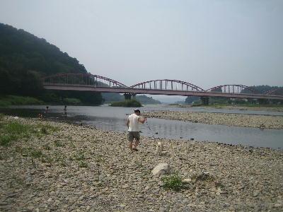 那珂川川へ向かう1人と1匹
