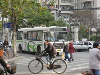 バスに乗ることも。。