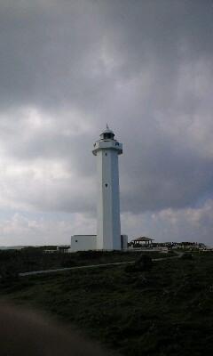 暗雲に聳える白い巨塔