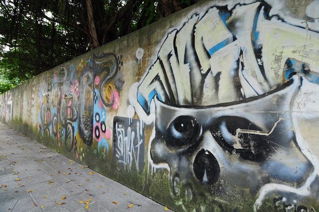 不気味な壁面アート