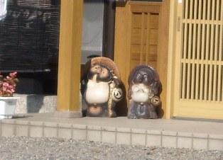 信楽焼の 仲良し タヌキちゃん