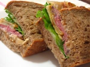 ローストビーフとポテトのサンドイッチ