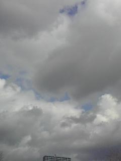 重い雲に覆いつくされそうな青い空