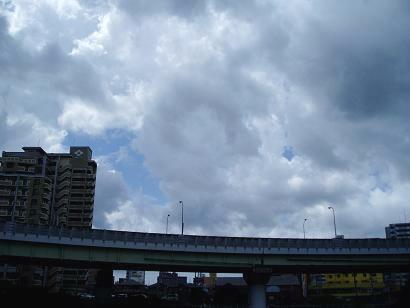青空がちょぴっと見ぇる空・・ここら辺は路面もぁまりぬれてなぃょな・・!?