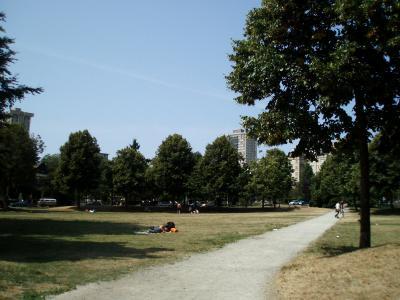 Vancouverのアパート前の公園2