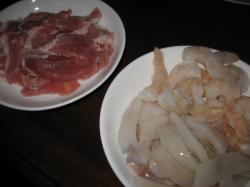 具には豚肉とイカミミ、冷凍エビ
