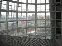 3階の窓から吹き抜けを通して見える旭川の街