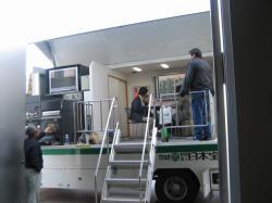 耐震実験室では地震体験車で揺れを体験