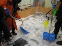 マイナス5℃に設定された外部環境シミュレータ室では、ユニバーサルデザインスコップ体験