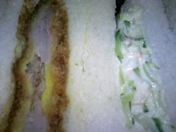 ヒレカツ(左)とカニサラダ(右)