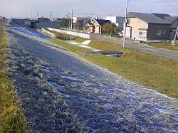 西側斜面は一面の霜