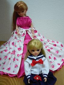 花柄のドレスに制服