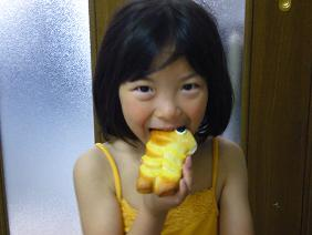 こいのぼりパンを食べる娘