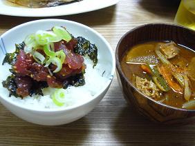 マグロ丼と豚汁