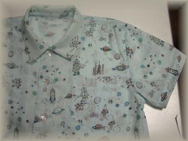宇宙柄のシャツ