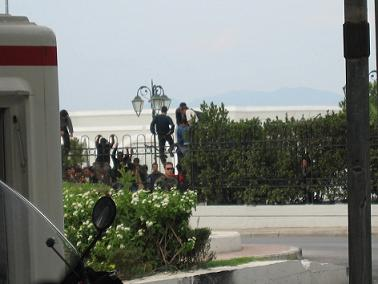 警備員が来たときだけ、港の柵から外へ逃げ出す人たち