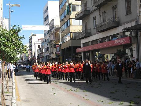 まずは楽隊の登場。道路上一面に撒かれたダフニの葉に注目!