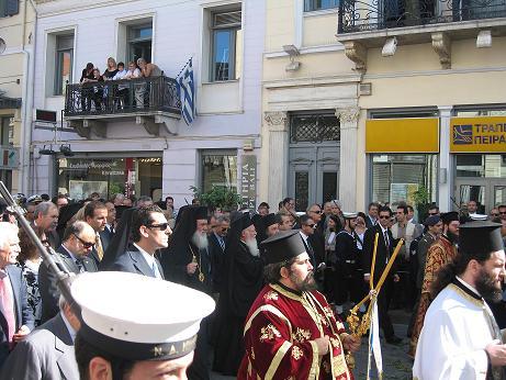 中心の白い髭のお二人のうち、右がコンスタンティノープル総主教、左はアテネ大主教。その右手にはパトラス主教、パトラス市長、アカイア県知事の姿が見えます。
