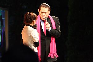 京都競馬場のゲストは…なんで猪木?