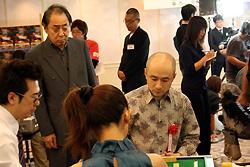 片山さんを小島さんが見つめております…。