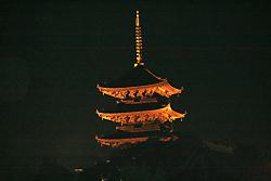 西寺のライトアップされてる五重塔だす