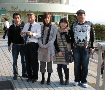 関門橋の前で記念写真