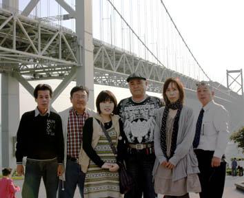 関門大橋の前で集合写真