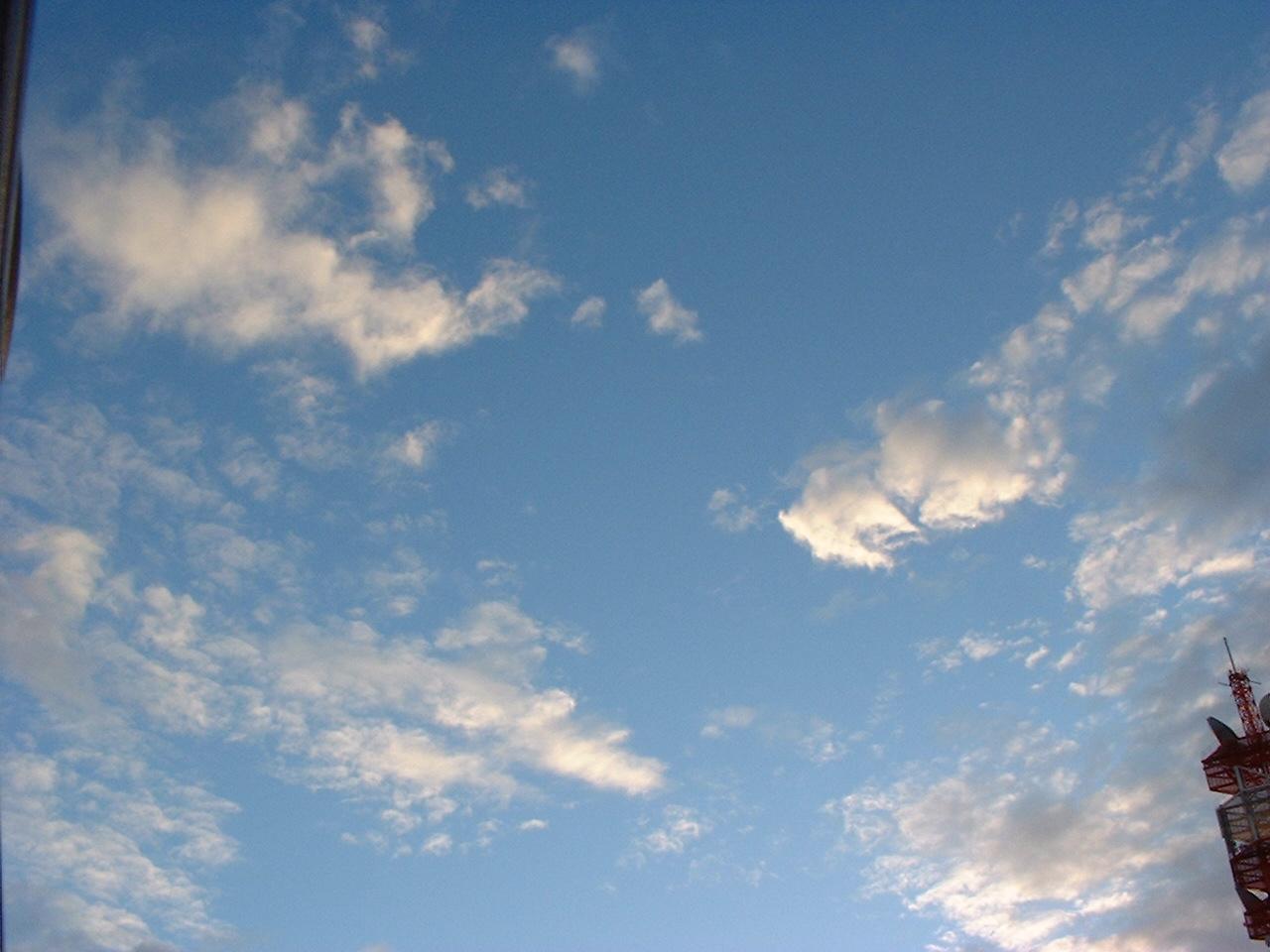 朝 晴れ 雲。