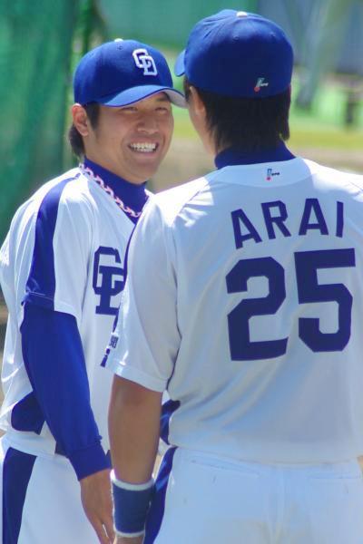 20080322_試合前のアップ時に新井良太と笑顔でおしゃべりする平田良介