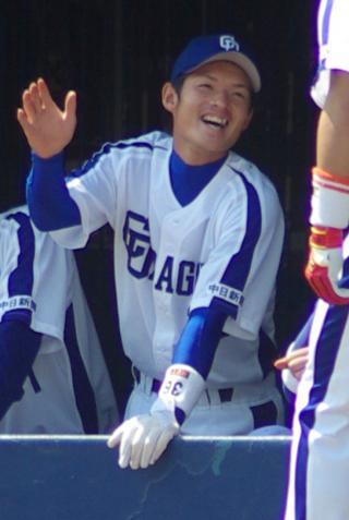 20080405_ベンチでチームメイトを出迎える笑顔の谷哲也