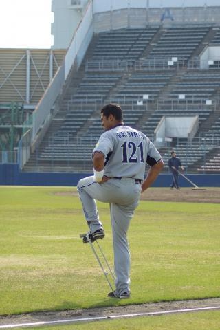 20080405_試合後、ゴムチューブを使い1人で黙々と下半身トレをするアーロム・バルディリス