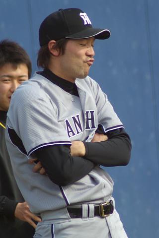 20080405_試合後の練習時に変顔を見せる橋本健太郎