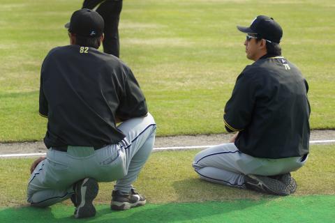 20080405_試合後に行われる選手の練習を見つめる葛西稔、星野伸之両コーチ