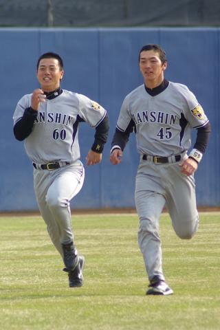 20080405_試合後の練習でダッシュをする小宮山慎二と清水誉