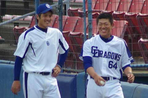 20080405_試合後のクールダウンを終えてベンチへ戻ってくる笑顔の樋口賢と清水昭信